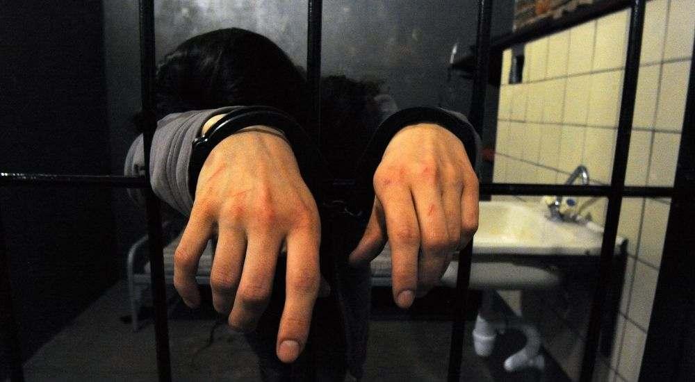 В наручниках на зоне фото, порно зрелых баб в трусах